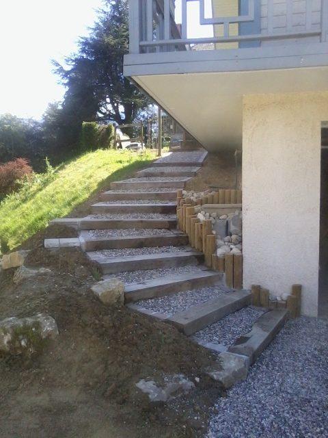 Escalier en traverses chêne, et pavés sur les bord, echogravel pour le maintien des graviers - à Nances