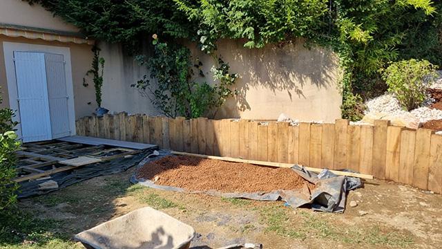 1- Terrasse composite et jardinière en traverses chêne, toile tissée et paillage minéral - Les Jardins du Buis à Chambéry-le-Vieux