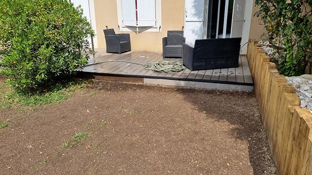 2- Terrasse composite et jardinière en traverses chêne, toile tissée et paillage minéral - Les Jardins du Buis à Chambéry-le-Vieux