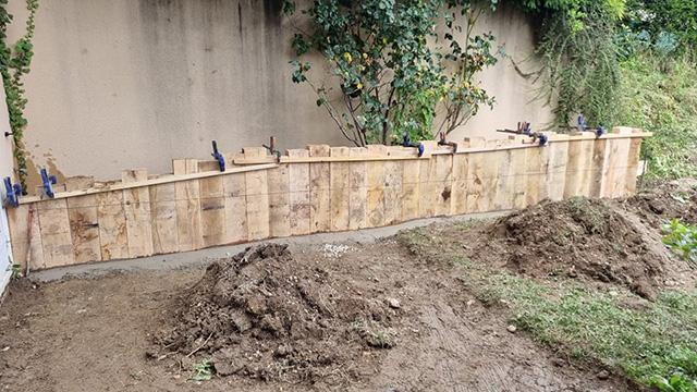 3- Terrasse composite et jardinière en traverses chêne, toile tissée et paillage minéral - Les Jardins du Buis à Chambéry-le-Vieux