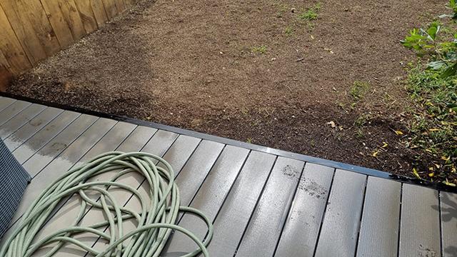 4- Terrasse composite et jardinière en traverses chêne, toile tissée et paillage minéral - Les Jardins du Buis à Chambéry-le-Vieux