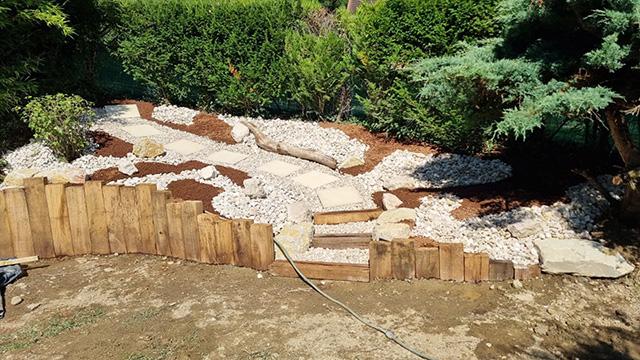 6- Terrasse composite et jardinière en traverses chêne, toile tissée et paillage minéral - Les Jardins du Buis à Chambéry-le-Vieux